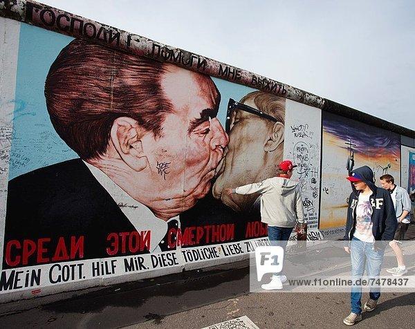 zwischen  inmitten  mitten  Berlin  Hauptstadt  Europa  küssen  Berliner Mauer  East Side Gallery  Deutschland zwischen, inmitten, mitten ,Berlin, Hauptstadt ,Europa ,küssen ,Berliner Mauer ,East Side Gallery ,Deutschland