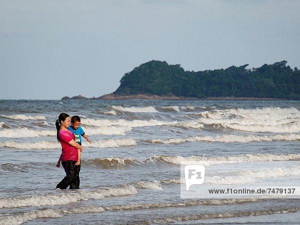 Frau  gehen  Sohn  halten  Meer  Malaysia