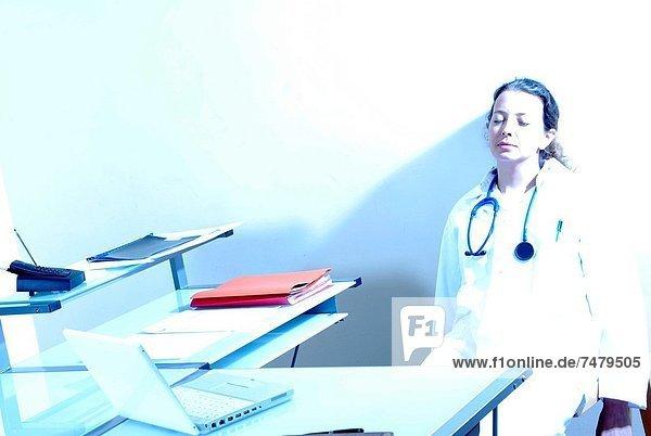 Allgemeinarzt  sehen  Nervosität  Arzt  müde  üben  Streß