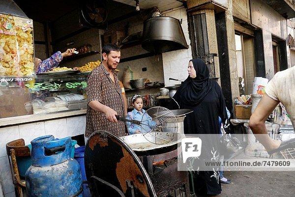 Kairo  Hauptstadt  nahe  Mann  Straße  Großstadt  Stilleben  still  stills  Stillleben  Islam  Braten  sprechen  Ägypten  alt  Viertel Menge