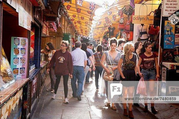 Pferdestall  Frau  Großbritannien  London  Hauptstadt  kaufen  jung  Camden  England  Markt