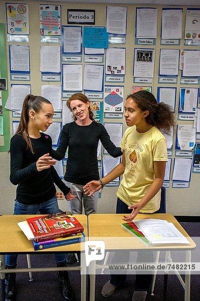 zwischen  inmitten  mitten  Konflikt  Lehrer  Entscheidung  Klassenzimmer  Schule  Student  2  Kalifornien