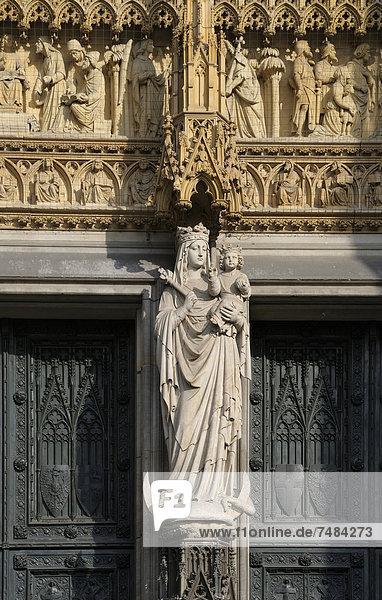 Steinskulpturen und Eingangsportal  Westfassade  K÷lner Dom  K÷ln  Nordrhein-Westfalen  Deutschland  Europa  ÍffentlicherGrund