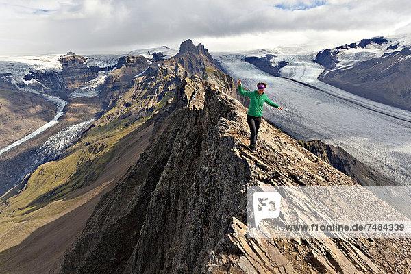 Bergsteigerin auf Gipfelgrat vor Gletscherzunge  Vatnaj÷kull  Skaftafell  Südisland  Island  Europa