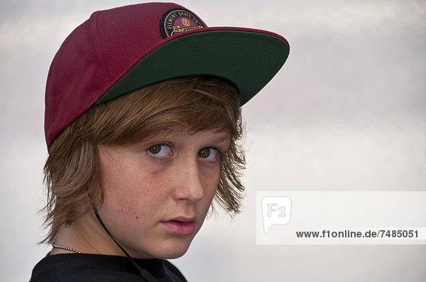 Fragender Blick eines zw÷lfjährigen Jungen  Portrait  Deutschland  Europa