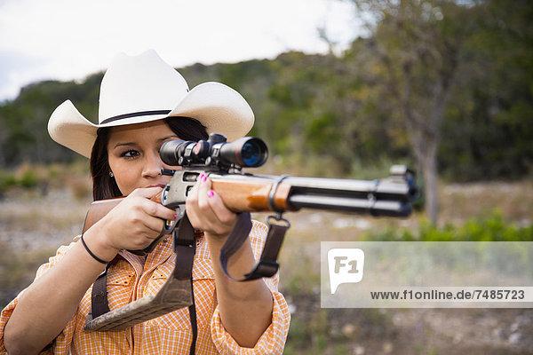 USA  Texas  Junge Frau mit Jagdgewehr