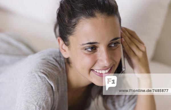 Teenager-Mädchen am Handy  Nahaufnahme