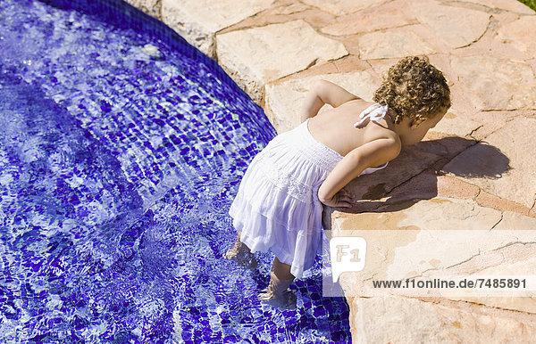 Spanien  Mädchen spielt im Wasserbecken