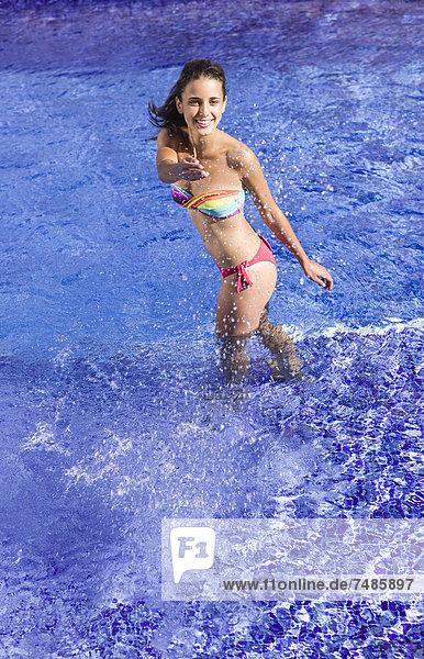 Spanien  Teenager Mädchen spielt im Schwimmbad