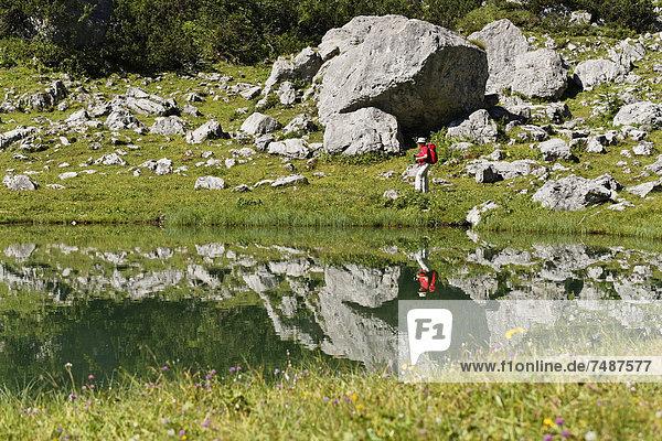 Österreich  Oberösterreich  Reife Frau beim Wandern am Brunnsteinersee