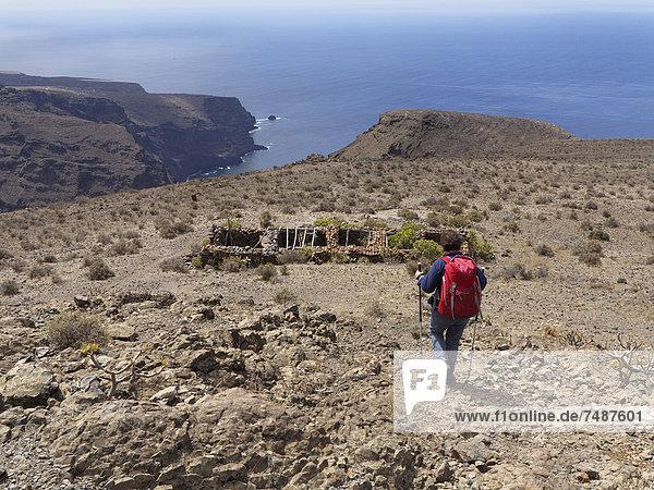 Spanien  La Gomera  Frau zu Fuß auf Las Pilas im Valle Gran Rey