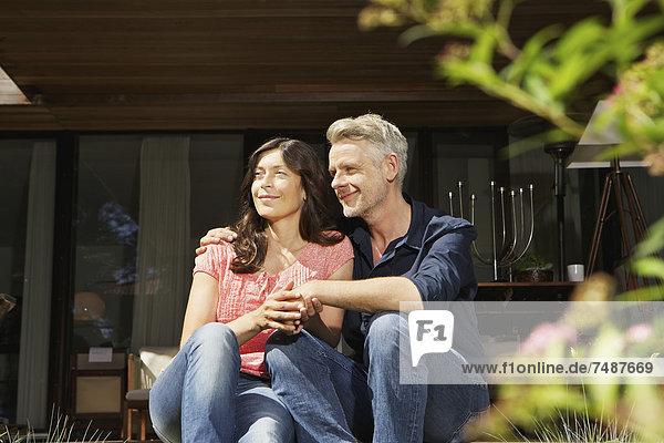 Deutschland  Berlin  Reife Paare entspannen auf der Terrasse