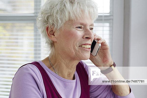 Seniorin am Handy  Nahaufnahme