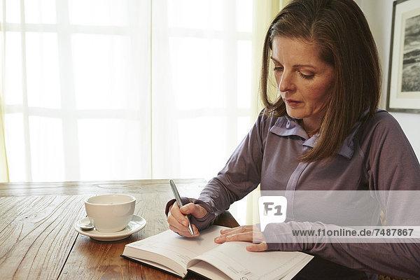 Reife Frau  die von zu Hause aus arbeitet