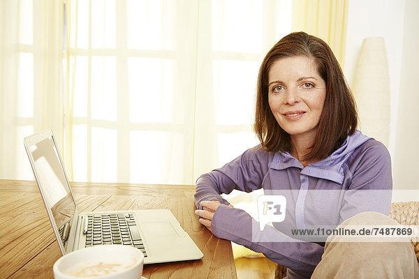 Porträt einer reifen Frau  die von zu Hause aus arbeitet
