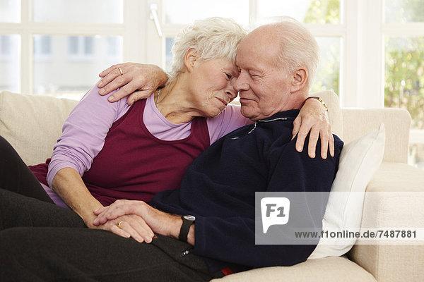 Deutschland  Düsseldorf  Seniorenpaar verliebt  lächelnd