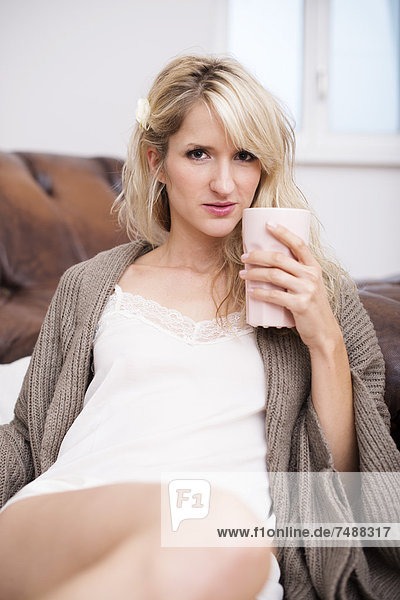 Porträt einer jungen Frau mit Kaffee