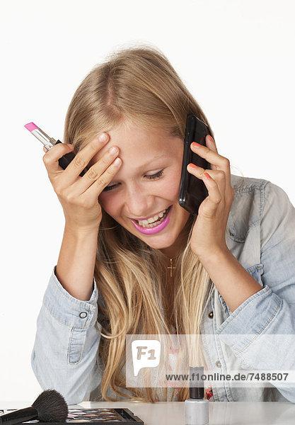 Teenager-Mädchen spricht auf dem Handy  lächelnd