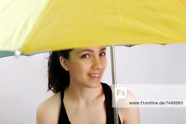 Regenschirm  Schirm  gelb  halten  Mädchen
