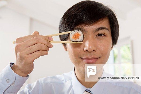 Eßstäbchen  Sushi  Geschäftsmann  halten  jung