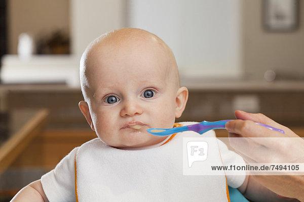 hoch  oben  Europäer  Stuhl  Mutter - Mensch  Baby  füttern