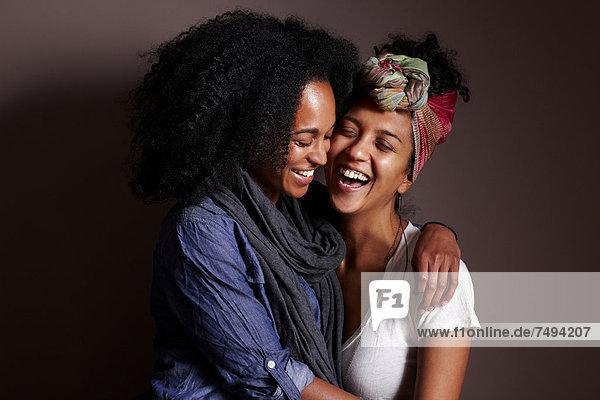 Frau  umarmen  lächeln