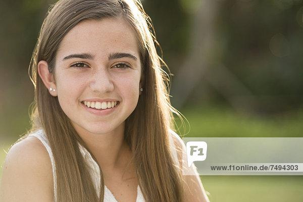 Außenaufnahme  Jugendlicher  Europäer  lächeln  Mädchen  freie Natur