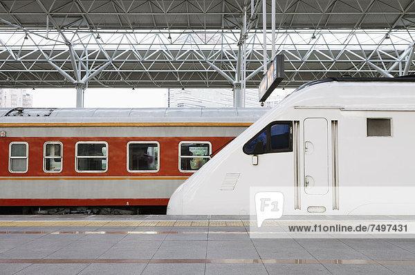 hoch  oben  Geschwindigkeit  Haltestelle  Haltepunkt  Station  Zug