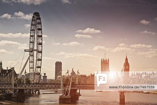 Sonnenuntergang über Brücke und London Eye Sonnenuntergang über Brücke und London Eye