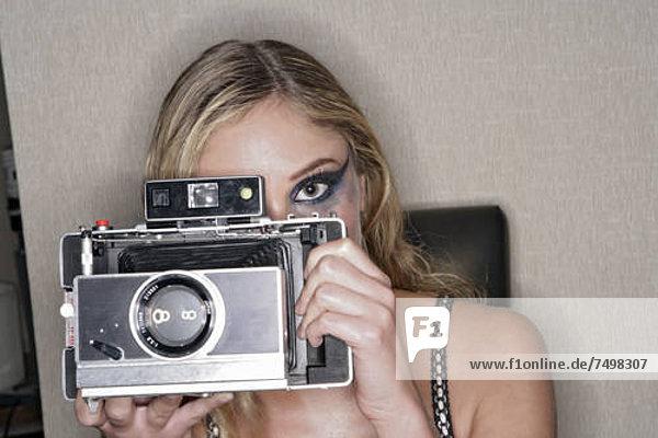 View of Frau hält eine Kamera.