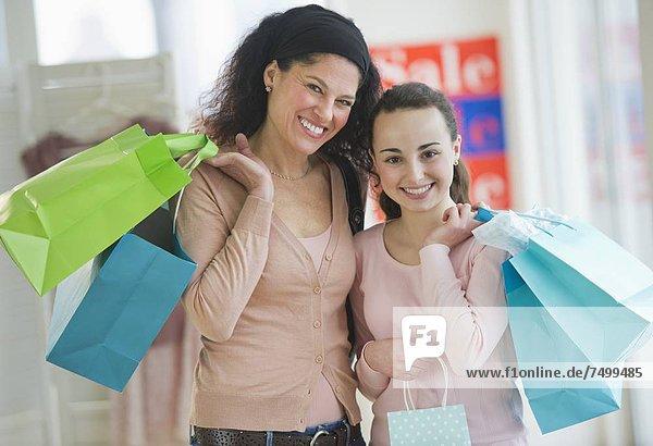 Jugendlicher  kaufen  13-14 Jahre  13 bis 14 Jahre  Mädchen  Mutter - Mensch