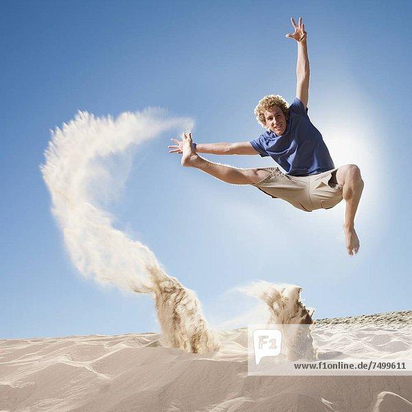 Energie  energiegeladen  Mann  springen  Sand