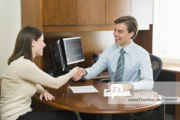 Geschäftsmann  Büro  Kunde  schütteln