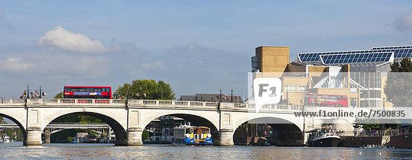überqueren  Fröhlichkeit  über  Boot  Brücke  Fluss  Themse  Omnibus  rot  Royal Borough of Kingston upon Thames  unterhalb  England  Surrey
