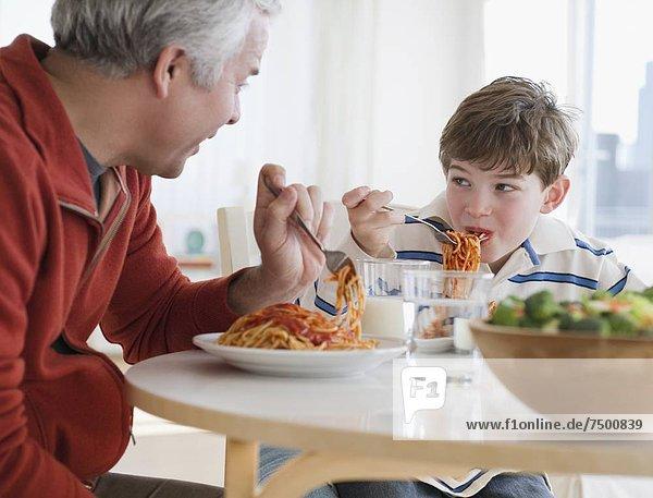 Vater und Sohn Essen spaghetti