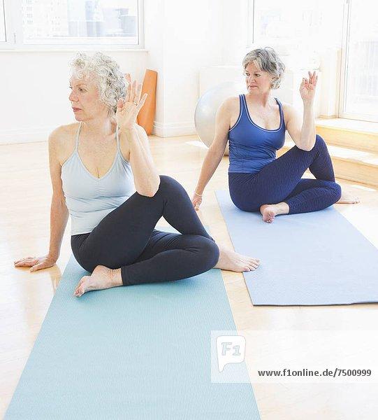 Senior  Senioren  Frau  üben  2  Yoga
