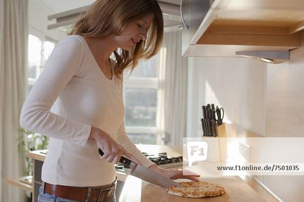 junge Frau junge Frauen schneiden Pizza
