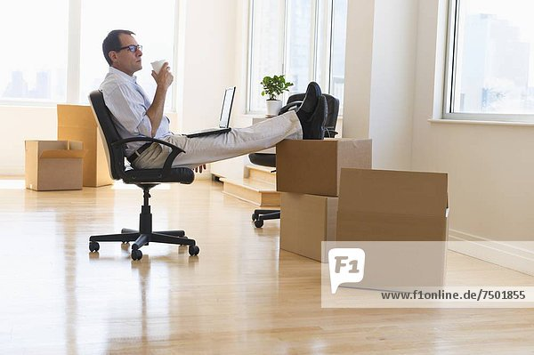 benutzen  Notebook  Geschäftsmann  Büro  neu
