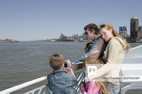 Familie Sightseeing auf eine Fähre
