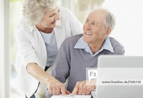 Senior  Senioren  Zusammenhalt  Schreibarbeit