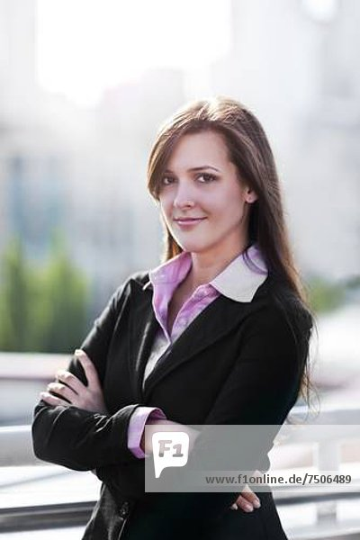 Lächelnde junge Geschäftsfrau