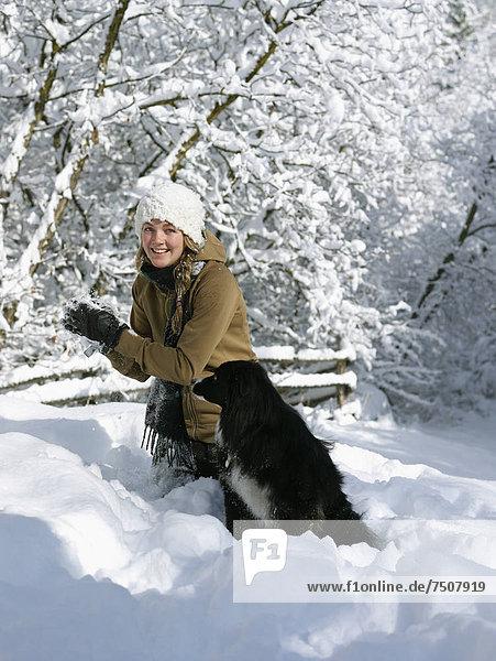 Vereinigte Staaten von Amerika  USA  Frau  Spiel  Hund  jung  Colorado  Schnee