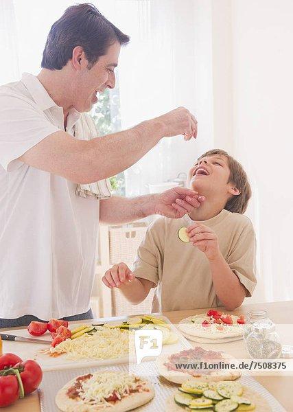 Menschlicher Vater  Sohn  Vorbereitung  Pizza  10-11 Jahre  10 bis 11 Jahre