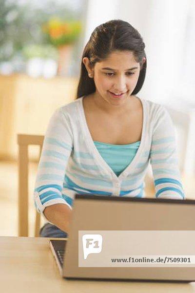benutzen  Notebook  12-13 Jahre  12 bis 13 Jahre  Mädchen
