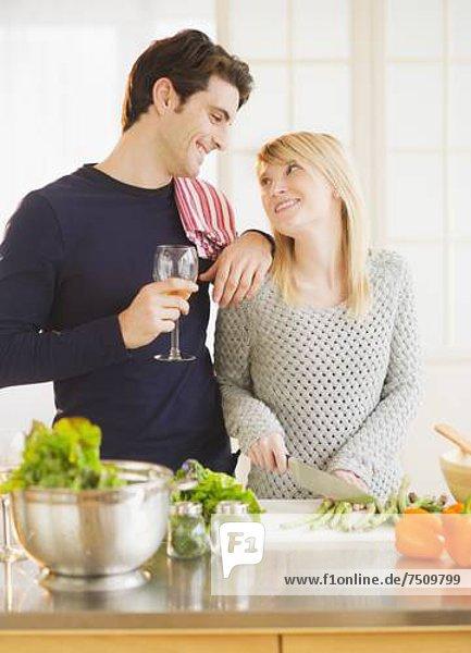 Paar Essen in Küche zubereiten