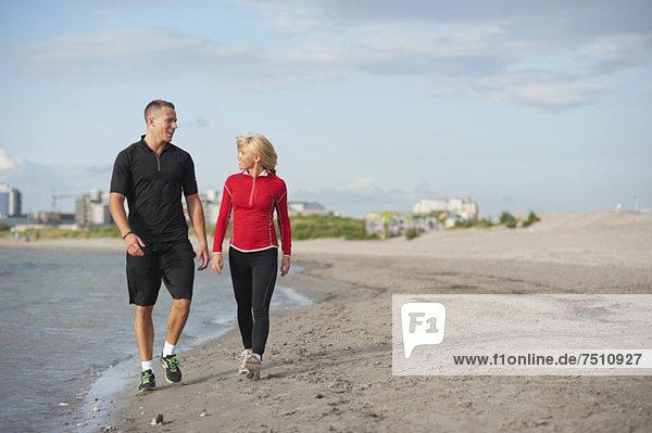 Junge Freunde beim Spaziergang am Strand