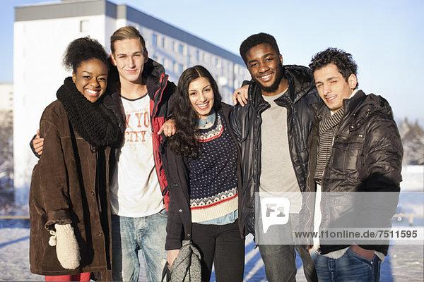 Porträt von glücklichen  multiethnischen Freunden  die zusammenstehen.