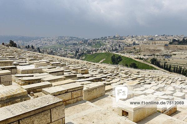 Blick vom Ölberg über die Gräber auf dem jüdischen Friedhof  Jerusalem  Israel  Naher Osten  Vorderasien  Asien