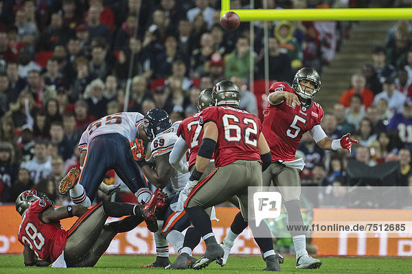QB Josh Freeman  Nr. 05 der Tampa Bay Buccaneers  passt den Ball während des NFL International Spiels zwischen den Tampa Bay Buccaneers und den Chicago Bears am 23. Oktober 2011 in London  England  Großbritannien  Europa