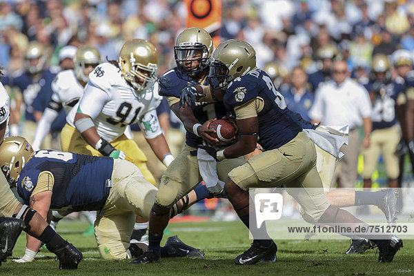 QB Trey Miller  Nummer 1  Navy  übergibt den Ball an FB Chris Swain  Nummer 37  Navy  NCAA Football-Spiel  Navy gegen Notre Dame  1. September 2012 in Dublin  Irland  Europa